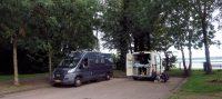 Overnachtingsplaats naast het Australische stel met hun in Frankrijk gekochte camper.