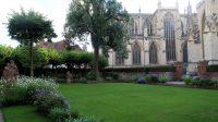 De tuin van Treasurer's House grenst aan de ruimte om de kathedraal.
