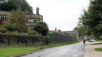 Eenb straat in het dorp Tissington, met een mooie landhuis links.
