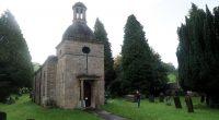 Dit dorp heeft wel een heel klein kerkje...