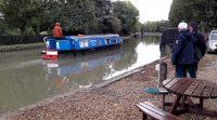 """Aan het kanaal waar we nog een kop koffie drinken. Er passeert een zogenaamde """"narrow boat""""."""