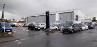 Geparkeerd voor de Peugeotdealer in Watford. Deze garage had niet eerder tijd dan eind november...