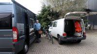 Aangekomen bij de reparateur in Hardenberg brengen we de meegebrachte spullen over naar de camper. Onze VW-bus blijft hier achter.