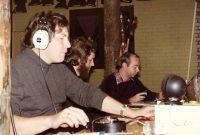 Eén van de weinige foto's uit 1980: links Douwe PA3ABT met de sleutel, rechts Rob PA2RGM. In het midden een nog jonge Aloys zonder machtiging!