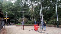 Het kantelen van de 24m hoge stalen mast: de antennes gaan er weer uit.