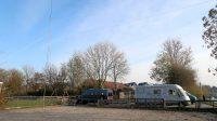 Er stond al een camper (de Hymer) op de kleine camperplaats van IJlst. De mast, met de 2m-antenne erop en de draad voor 80m hebben we opgezet op het Jeu-de-boules plaatsje. Uiterst rechts is nog net de ijsbaan te zien.