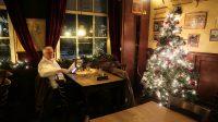 Een mooi tafeltje aan het raam, naast de kerstboom.
