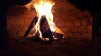 Het vuur verwarmt de oven tot temperaturen boven de 400 graden (digitaal gemeten).