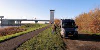 De eerste geocache vinden we bij de oude uitkijktoren. Op de achtergrond de nieuwe brug in de A50 naar Emmeloord.