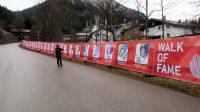 Langs de weg naar het skistadion: winnaars van het skispringen.