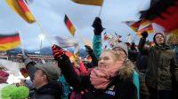 Wanneer er een Duitser naar beneden komt begint het publiek te juichen en met de vlaggetjes te zwaaien!