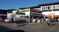 De Edeka achter het station, naast de VW-dealer.