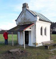 Een langdurige zoektocht naar de geocache bij dit kapelletje...