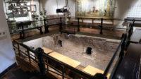 Resten van de oude stadsmuur in de kelder, blootgelegd bij de restauratie van het museumgebouw.