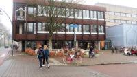 De voormalige IJsselmij, nu Stadskamer/bibliotheek. Femma werkte ooit in het grijze flatgebouw, rechts.