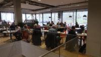 De Huiskamer, het restaurant in de bibliotheek. Uitzicht op de Burgemeester van Roijensingel.