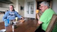 Met Hans en Joeri aan de koffie bij Hendrik-Jan, samen met zijn vrouw Gezina eigenaar van de camping/SVR-boerderij.