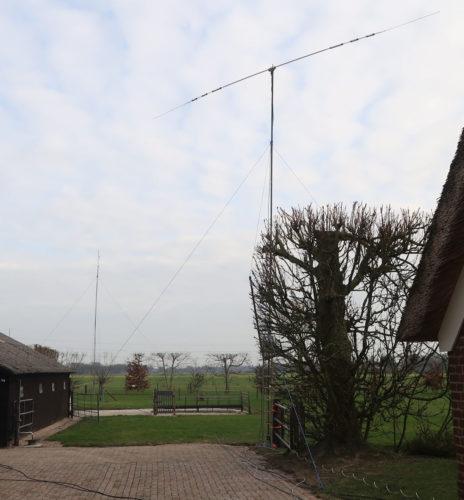 Op de voorgrond de draaibare dipool voor 10 t/m 40 meter. Op de achtergrond de dipolen voor 80 en 160m.