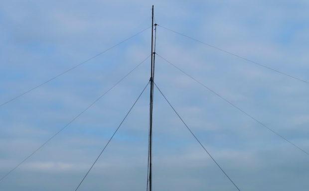 De mast met de dipolen voor 160m (bovenin) en 80m (daaronder).