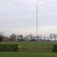 Een 10m hoog kunststof mastje met een extra dipool voor 80m.