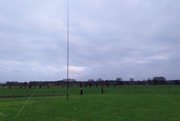 Moeilijk zichtbaar, de vele draden: de K9AY ontvangst-antenne.