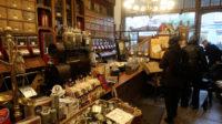 In dit derde pand zit een prachtige winkel waar nog losse koffie en thee wordt verkocht.
