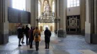 Het vrij lege interieur van de Walburgiskerk. De kroonluchter met 12 kaarsen is van 1395.