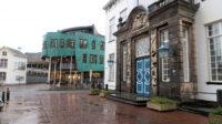 Het oude (rechts) en links het nieuwe stadhuis van Zutphen. Links daarvan zie je nog net het Stedelijk Museum..