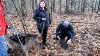 In het bos: Herman vindt (uiteraard) een geocache. Een échte, zo'n munitiekistje.