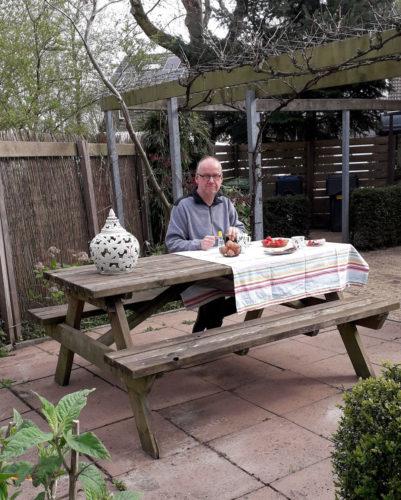 Ontbijten in de tuin.