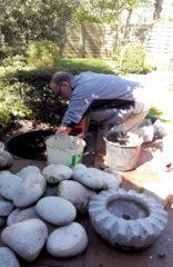 Onze waterbak met pomp en stenen is toe aan een grote schoonmaakbeurt...