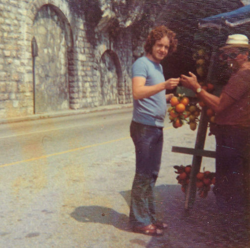 Sinaasappels kopen langs de weg.