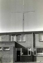Een mast met draaibare 16-elements Tonna antenne voor de 2-meterband. Tophoogte 14m.