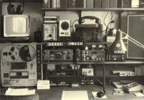 1981: met mijn Kenwood R1000-ontvanger en de Kenwood TR2300 2-meter transceiver.