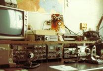 1983: PA3DAT met de Kenwood TS830 kortegolf zendontvanger en tuner AT230.