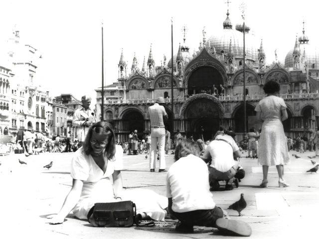 Femma voert de duiven op het San Marcoplein.