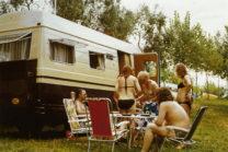 Bezoek van de ouders van Aloys en tante Jantje. V.l.n.r.: ome Gerrit (stiefvader van Aloys), Ria, tante Jantje, Aloys en Femma. Moeder is iets ophalen uit de camper.