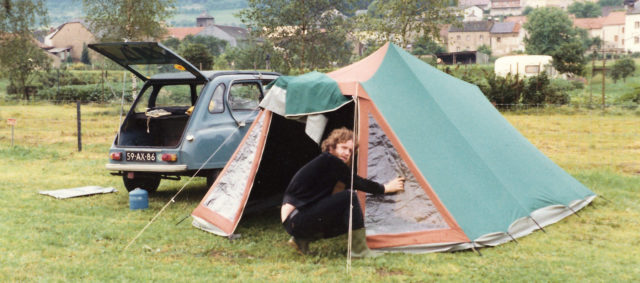 De tent opzetten op camping Du Barrage in Rosport, Luxemburg.