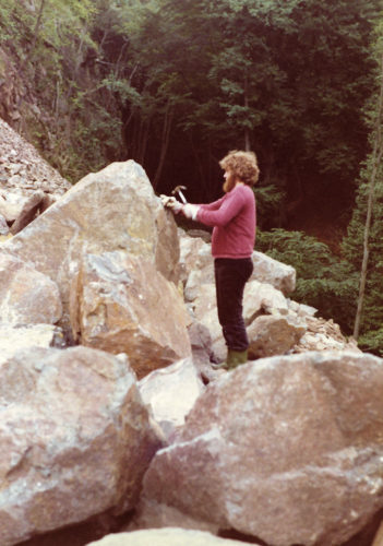 Stenen beitelen in steengroeve Bernhard.