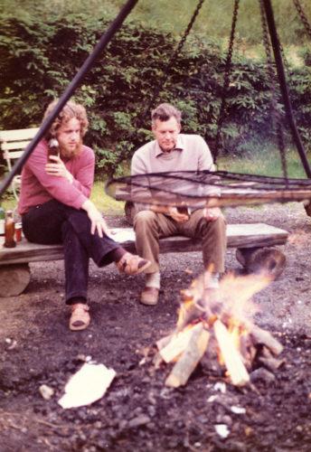 Met Harm Schipper, de geoloog, het kampvuur aanmaken.