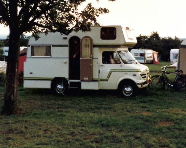 Een plekje voor de camper op het bovenste terras.