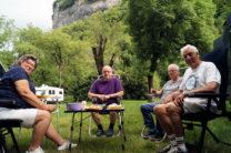 Aan de wijn op de camping in Baume-les-Messieurs.