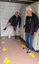 Goed opletten hoe je moet lopen in het toiletgebouw, i.v.m. de corona-crisis!