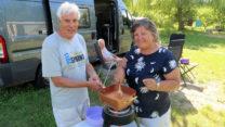 Terug op de camping maken Peter en Lidy een heerlijk Indisch gerecht!
