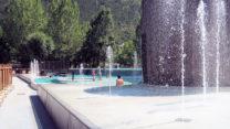 Een mooi design zwembad, splinternieuw. De fonteinen zijn ook warm!