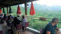 Het hooggelegen terras met schitterend uitzicht over de vallei van de l'Oule.