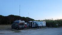 De avond valt over de camperplaats van Plage de Pampelonne.
