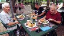 La Boîte Chaude: Edel de Cléron chaud accompagné de Salade Verte, de Pommes de Terre, de Jambon et Saucisse de Morteau.