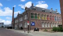 Een voormalig schoolgebouw, ooit opgericht door textielbaronnen, dient nu als huisvesting van het museum.