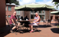 Eerst koffie, op het terras van het Moormuseum.